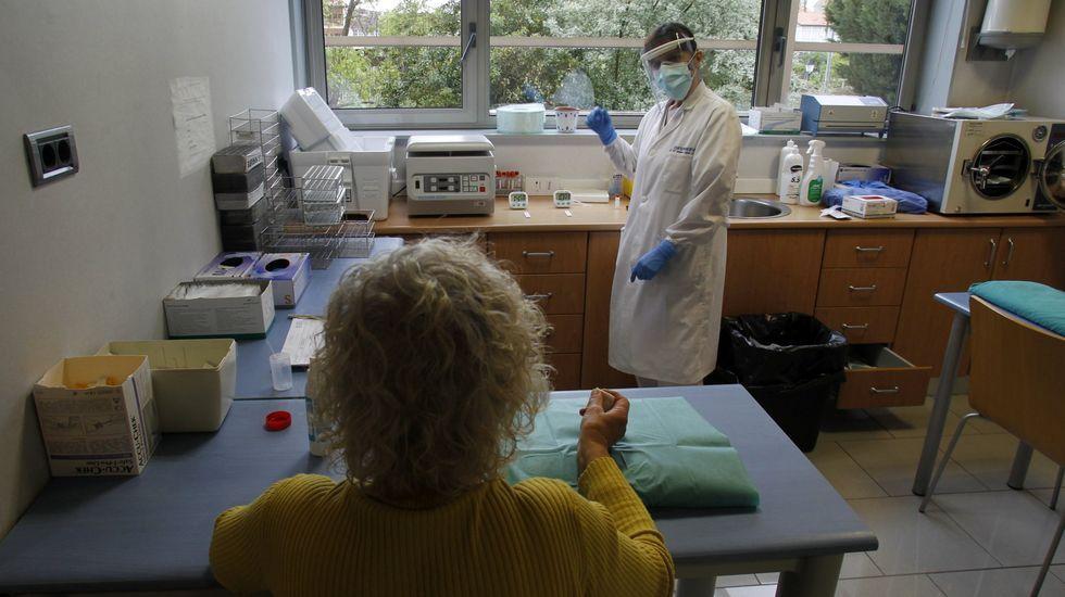 Las fotos de la concentración de O Courel en defensa del transporte escolar.Una paciente en una consulta del centro de salud de Monforte, esta pasada primavera.