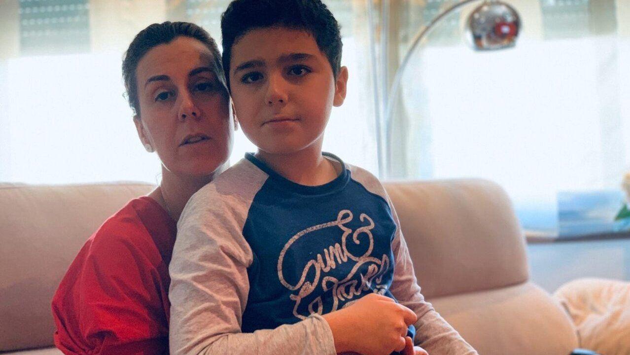 Lucas Fírvida Sotelo y su madre, Mónica, durante la cuarentena.