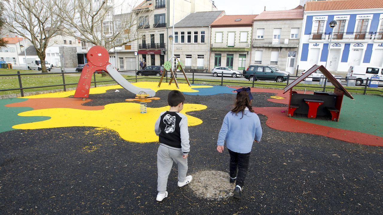 Los parques infantiles que nunca se acaban.Manuel Villar, segundo por la izquierda, con parte de su equipo en el restaurante Vino y Más