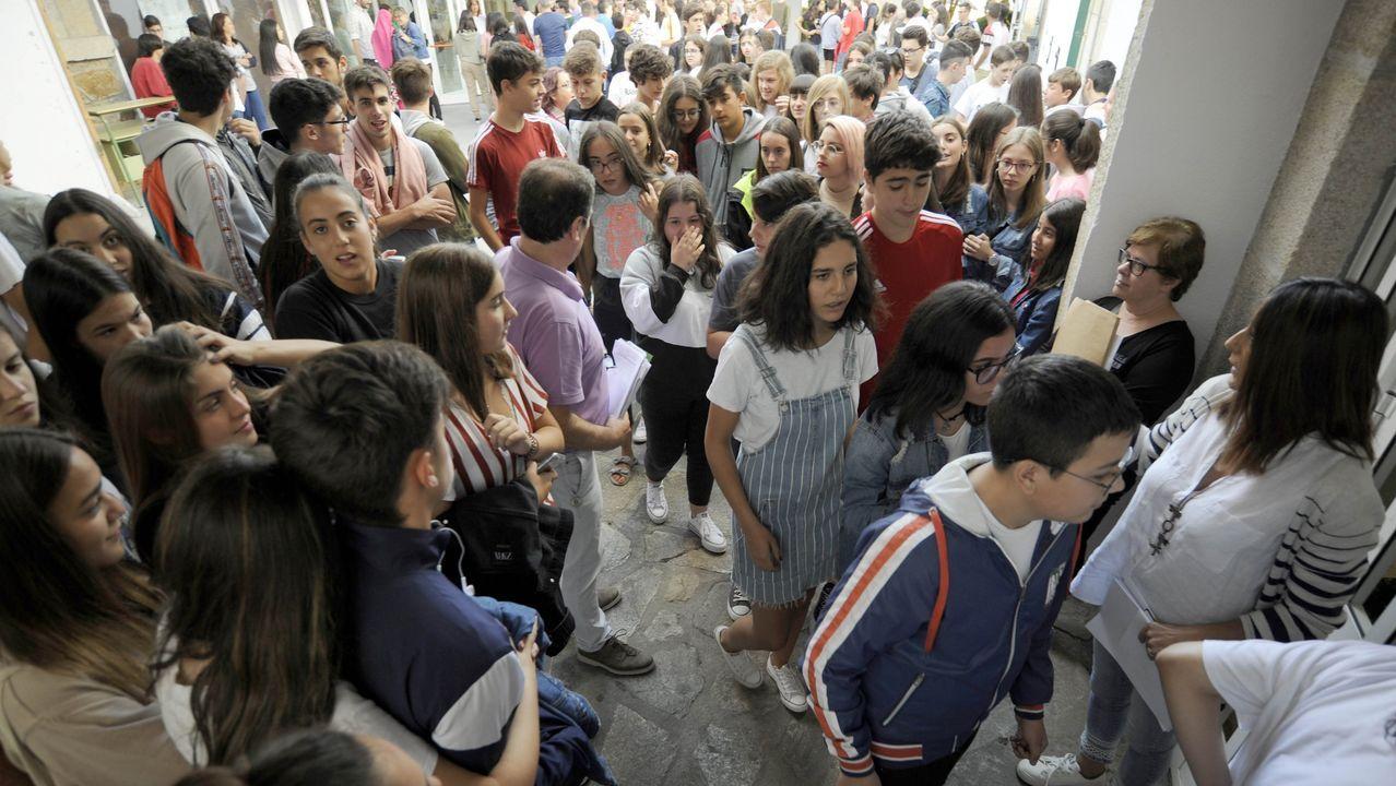 Protesta ante la Xunta de padres y alumnos del instituto IES Sánchez Cantón contra la modalidad de clases semipresenciales.INSTITUTO DE EDUCACION SECUNDARIA IES VALADARES