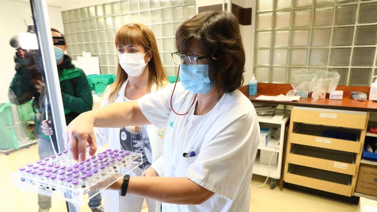 El personal sanitario del Clínico ha recibido las primeras vacunas