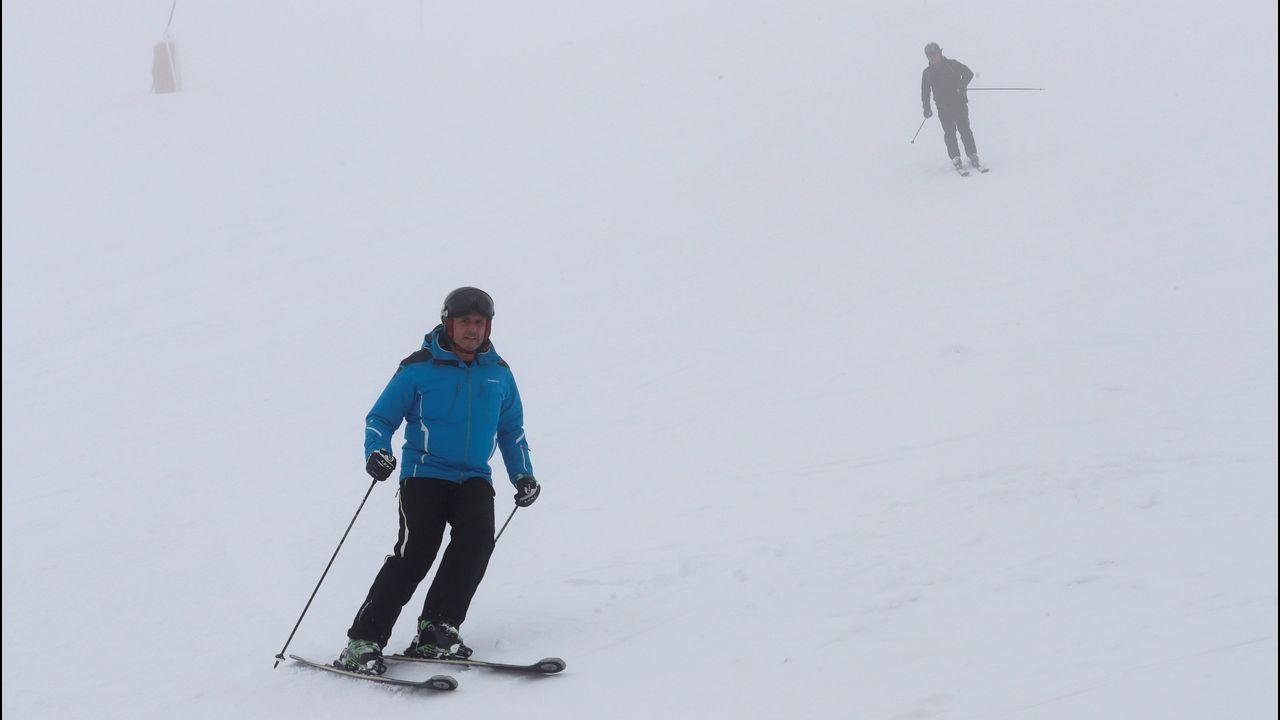 Esquiadores en la estación de Valgrande-Pajares