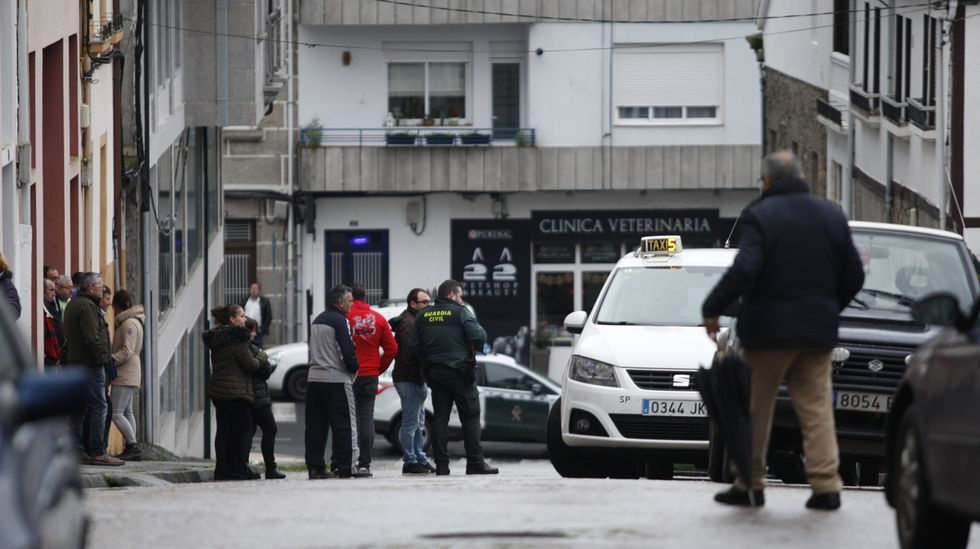 Vecinos y agentes de la Guardia Civil en la calle Santa Mariña, antes del levantamiento del cadáver