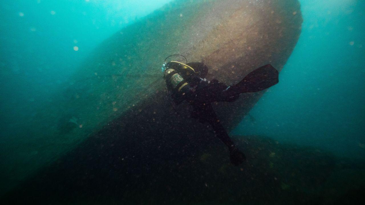 Un buceador explora el pecio de la fragata La Magdalena