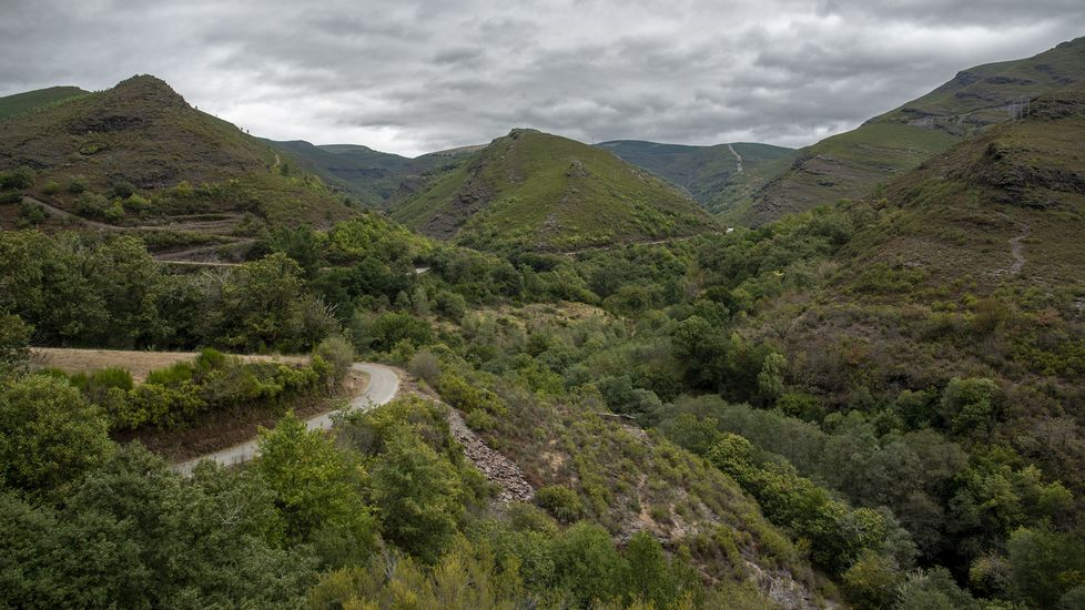 El camino discurre por un típico paisaje montañoso de la sierra de O Courel