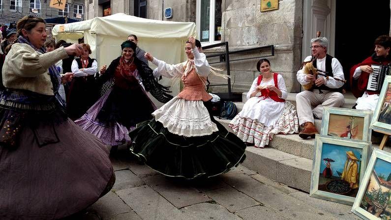 Unas vecinas del Casco Vello vestidas de época bailan en la plaza de la Princesa