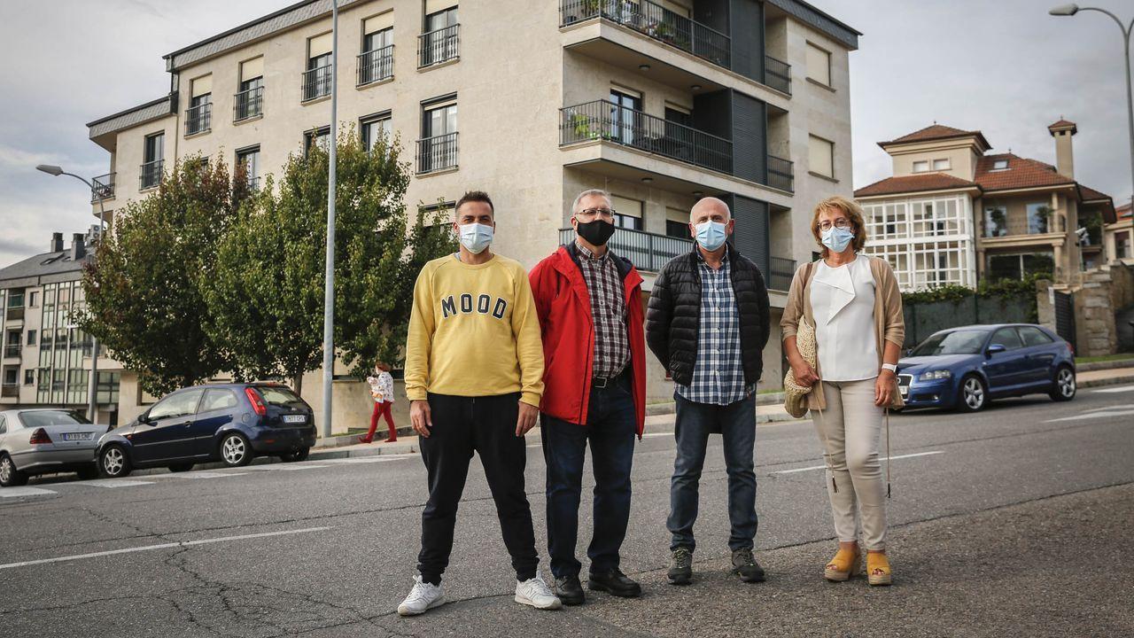 Daniel Fernández, Antonio Fernández, José Ignacio Velázquez y Ana Bravo, ante su edificio, amenazado con orden de derribo