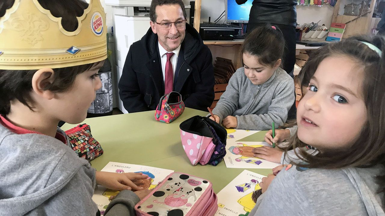 El consejero Genaro Alonso, con alumnos del Colegio Rural Agrupado (CRA) Castrillón-Illas