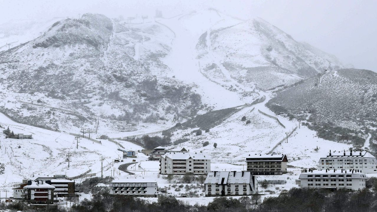 Los efectos de Gloria: ríos desbordados y pueblos aislados por la nieve.La estación de esquí de Pajares (Asturias) cubierta por la nieve.