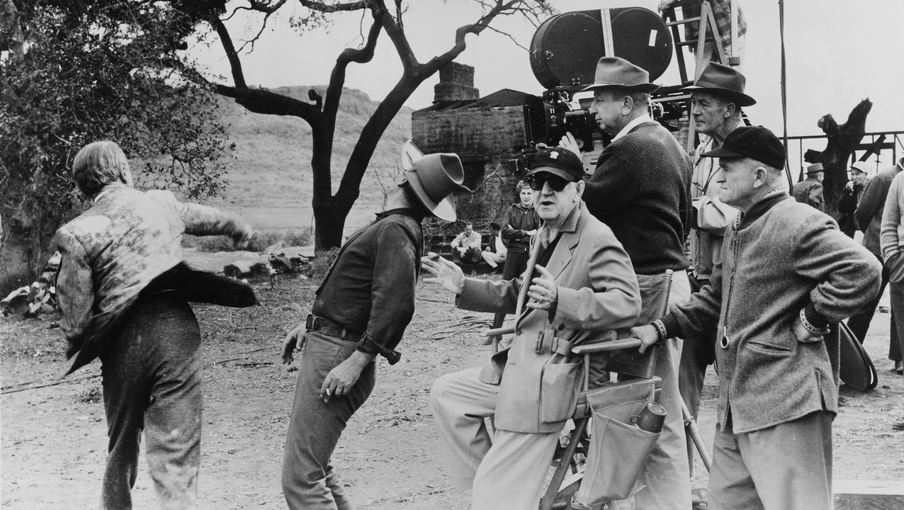 El director supervisa el rodaje de una escena