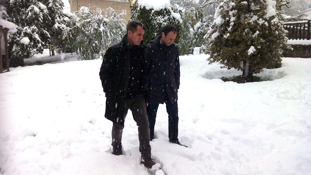 El consejero de Presidencia, Guillermo Martínez, y el alcalde de Aller, David Moreno, en medio de la nevada