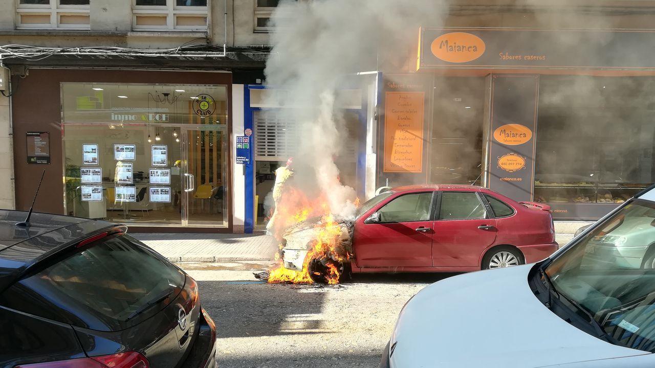 Enfrentamiento ideológico en el Obelisco.Arde un coche aparcado en Alcalde Marchesi.