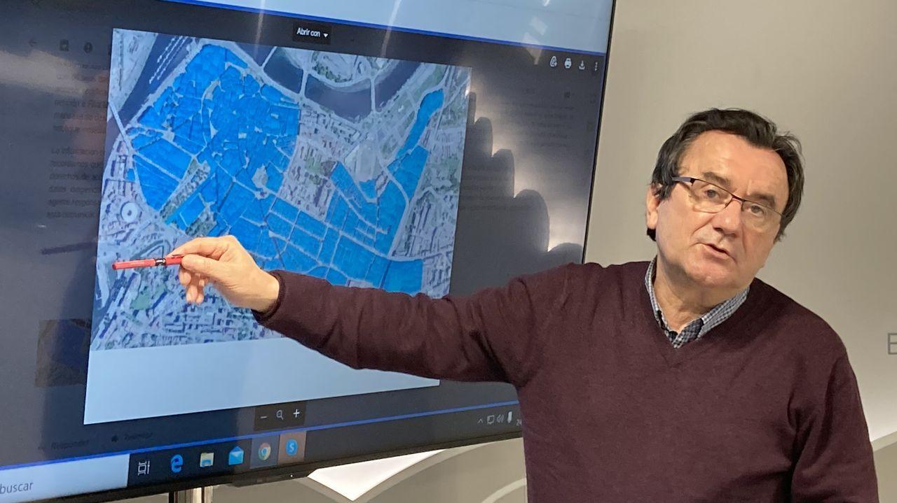 Reimundo González muestra en un plano de Pontevedra las calles que dispondrán del servicio de Composta (las zonas marcadas en azul)