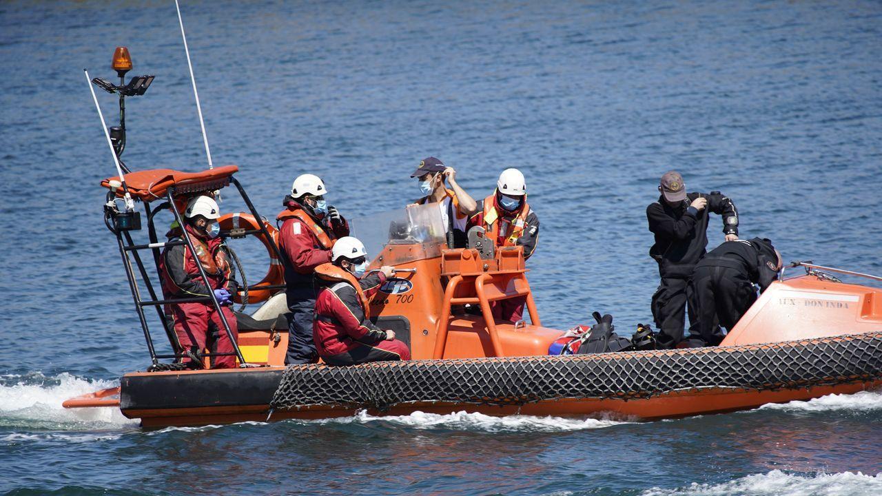Además de la llegada de integrantes del GES de Muros, Protección Civil de Noia y una moto acuática, el helicóptero Cuco de la Guardia Civil se sumó al operativo a las 14.00 horas