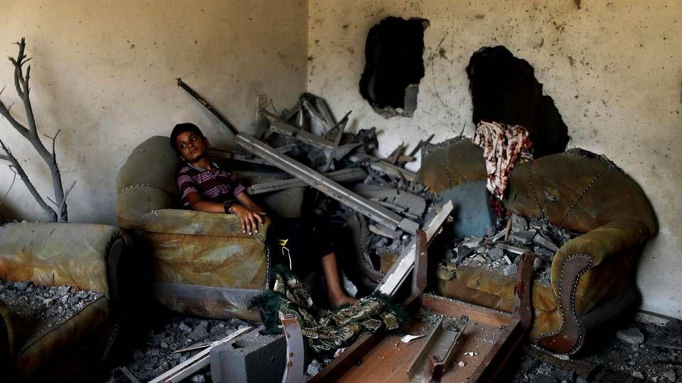 Un niño palestino observa las ruinas en las que se ha convertido su casa tras los ataque israelíes