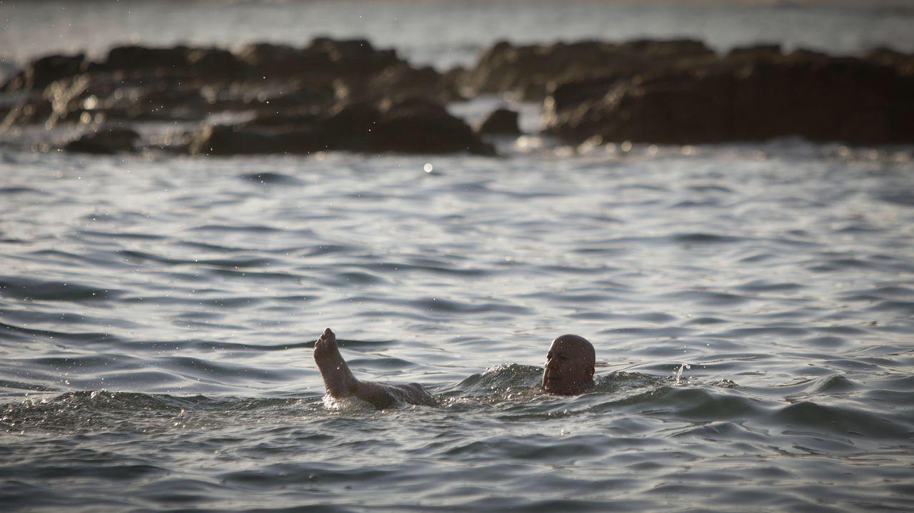 Primeros bañistas en el Orzán