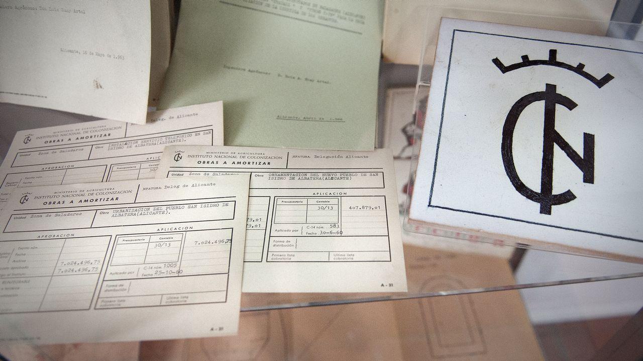 En la imagen, documentos originales del Instituto Nacional de Colonización (INC)