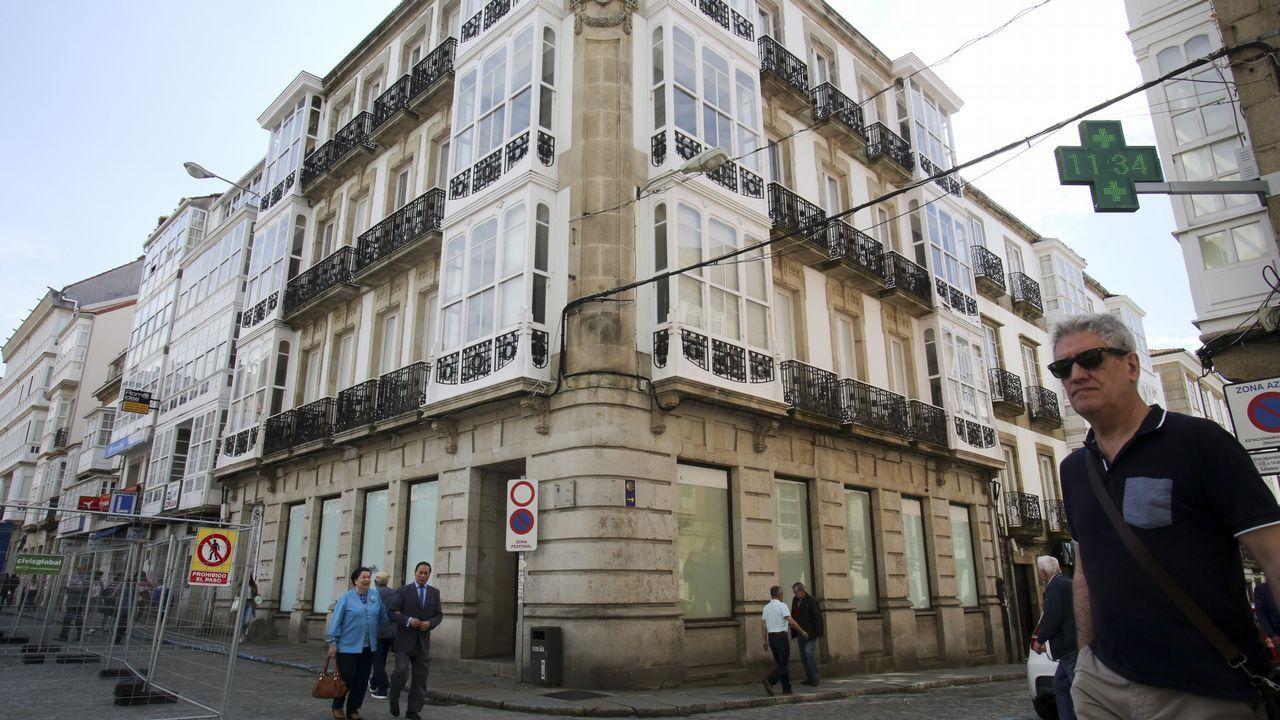 El edificio está situado en la plaza de Armas, en la confluencia de las calles Real y Tierra