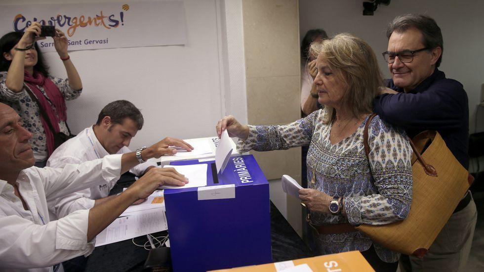 Artur Mas, con su mujer, en la votación