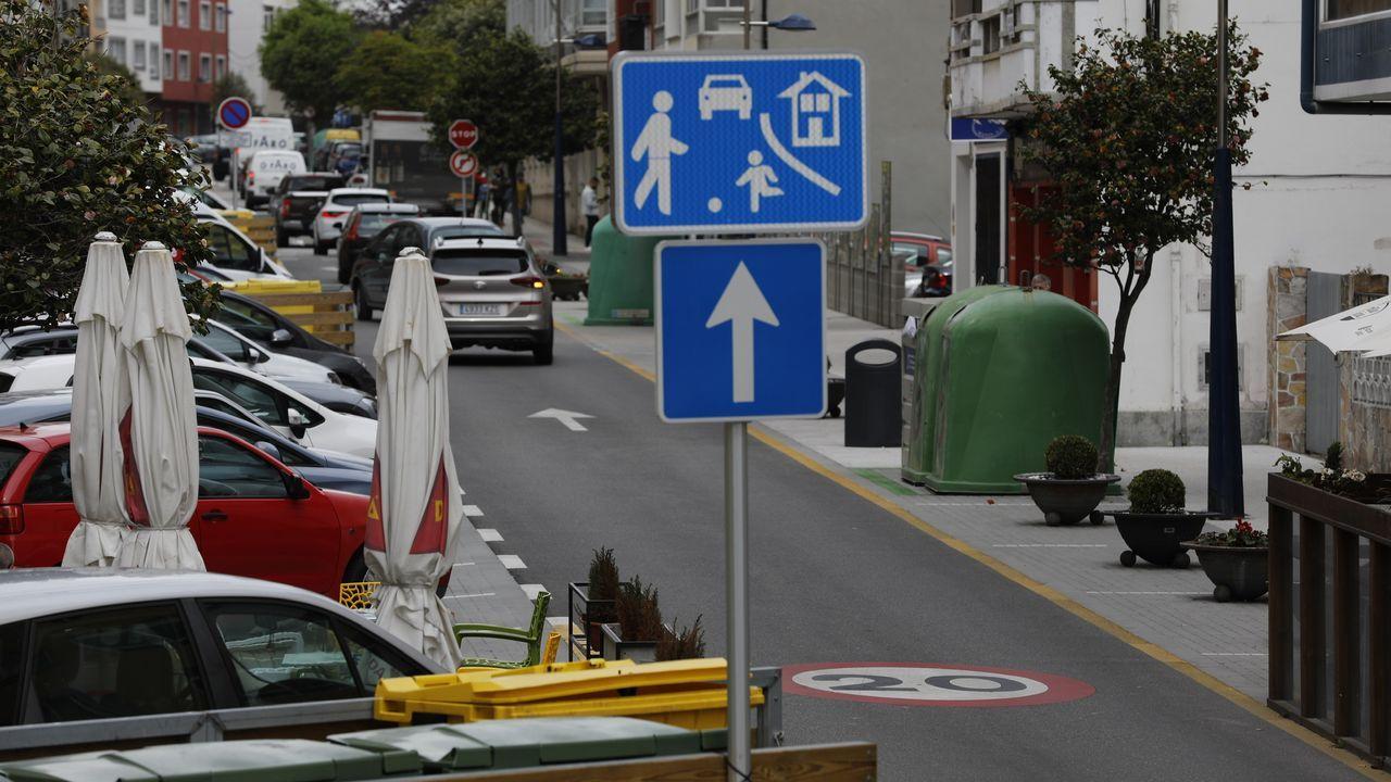 Las nuevas limitaciones de velocidad en vías urbanasen A Mariña.Menos velocidad al adelantar. El borrador la DGT propone que los vehículos reduzcan la velocidad cuando adelanten a ciclistas, además de mantener la separación lateral de metro y medio