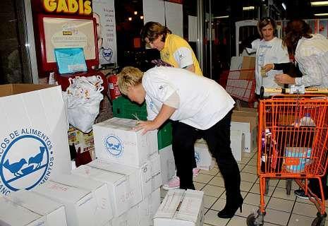 La Gran Recogida Solidaria siguió ayer sumando kilos de comida en Vigo.