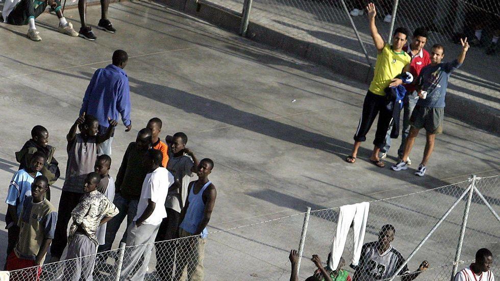 Inmigrantes en un centro de internamiento en Tenerife.