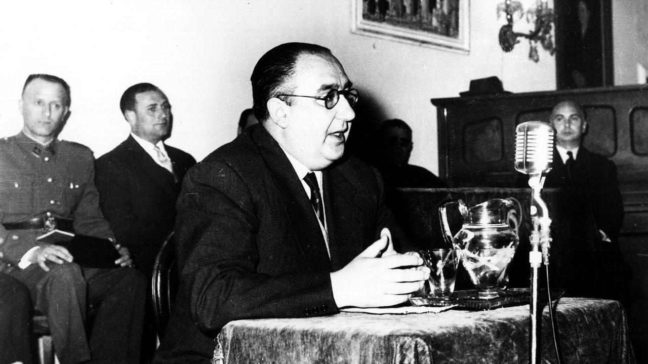 Álvaro Cunqueiro, en una conferencia en Betanzos