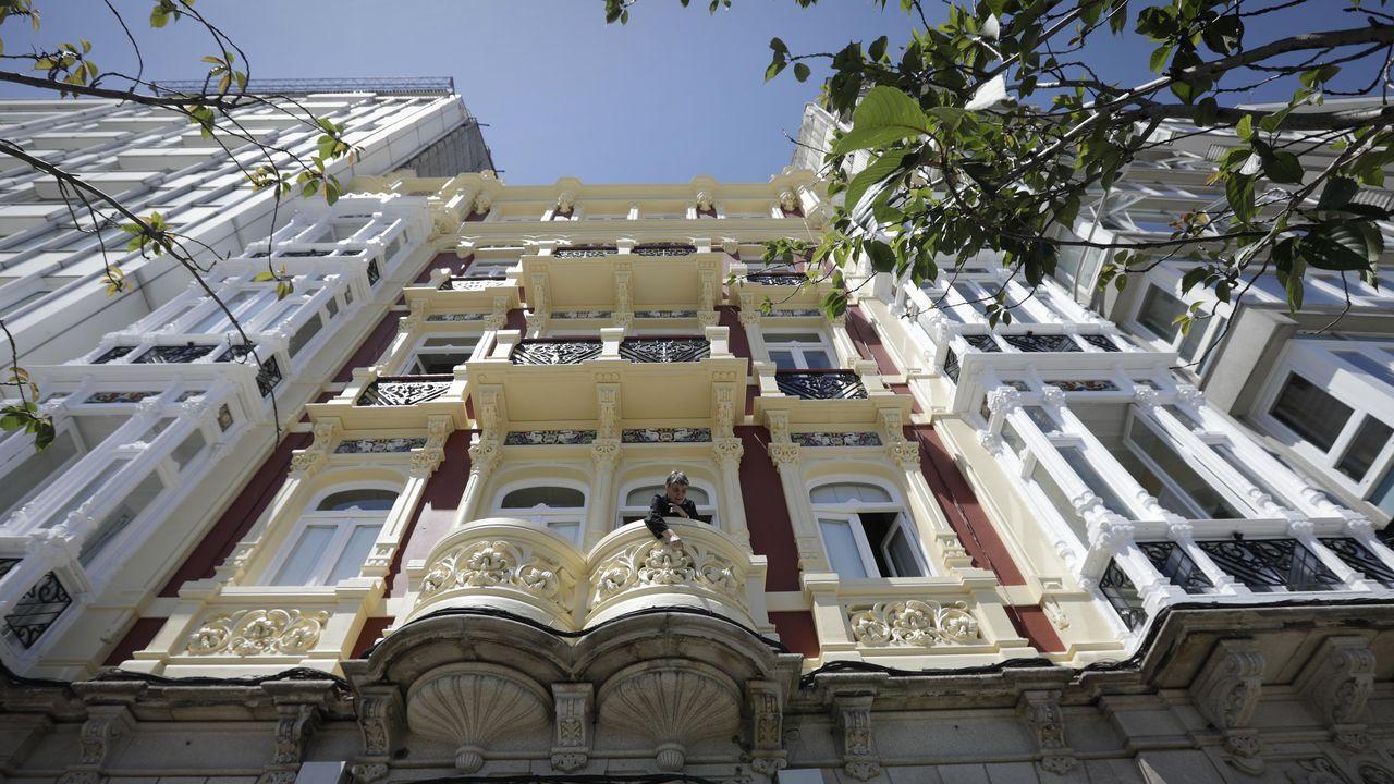 Así luce la fachada del número 9 de Linares Rivas en A Coruña.Chicho Rodriguez (izquierda) y José Puñal preparan las parrillas en la plaza Elíptica de Los Rosales donde celebrarán el San Xoán