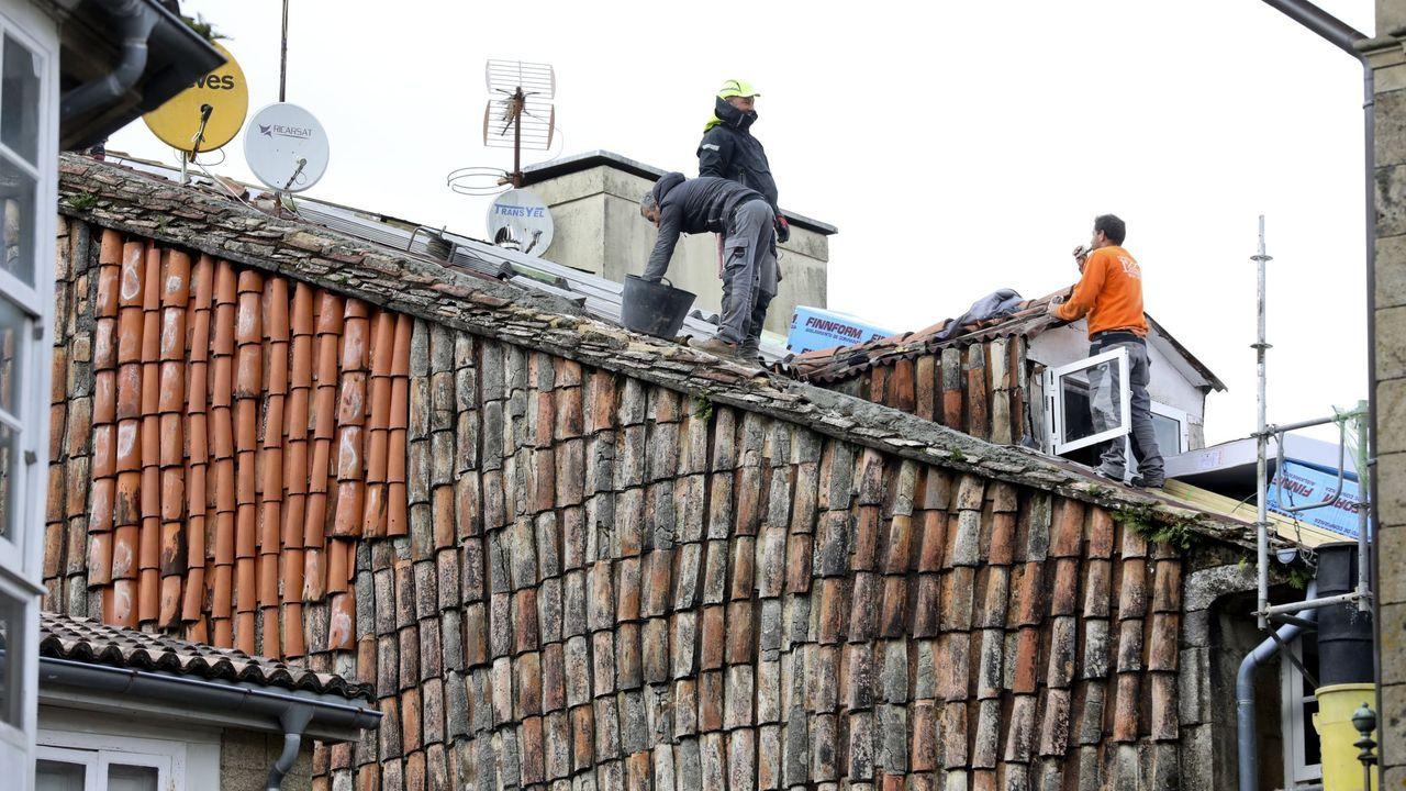 Obras de reformas en el tejado de un edificio de Santiago