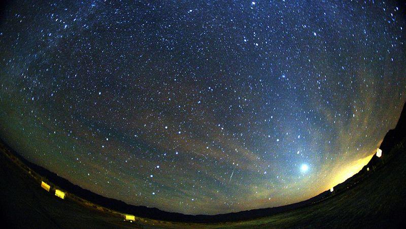 ¿Cómo ver las Perseidas?.Lluvia de estrellas fugaces Gemínidas sobre el Teide.