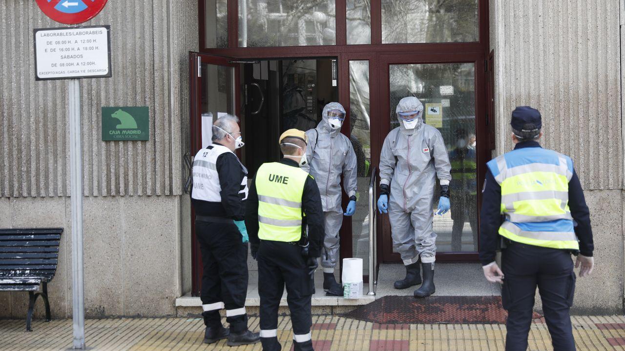Traslado afectados residencia Celanova.La Guardia Civil entrega mascarillas donadas por particulares a un octogenario de Celanova