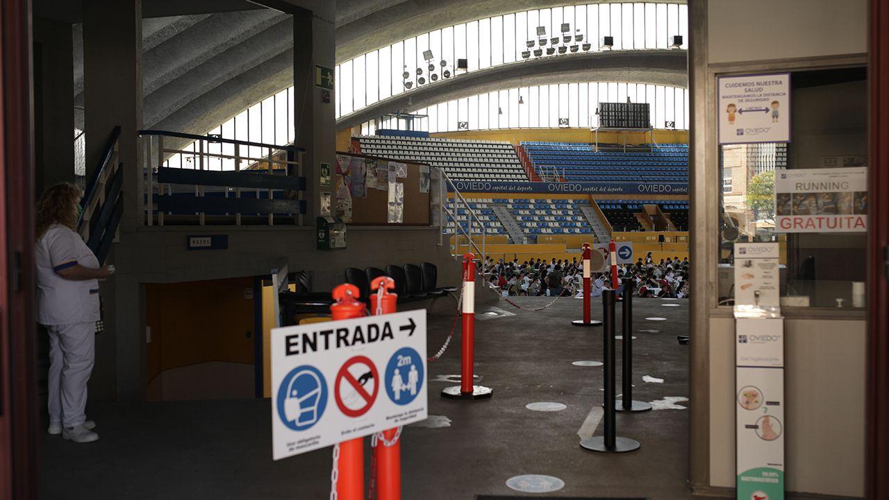 Los alumnos esperan en el interior del Palacio de los Deportes para realizar el examen de la EBAU