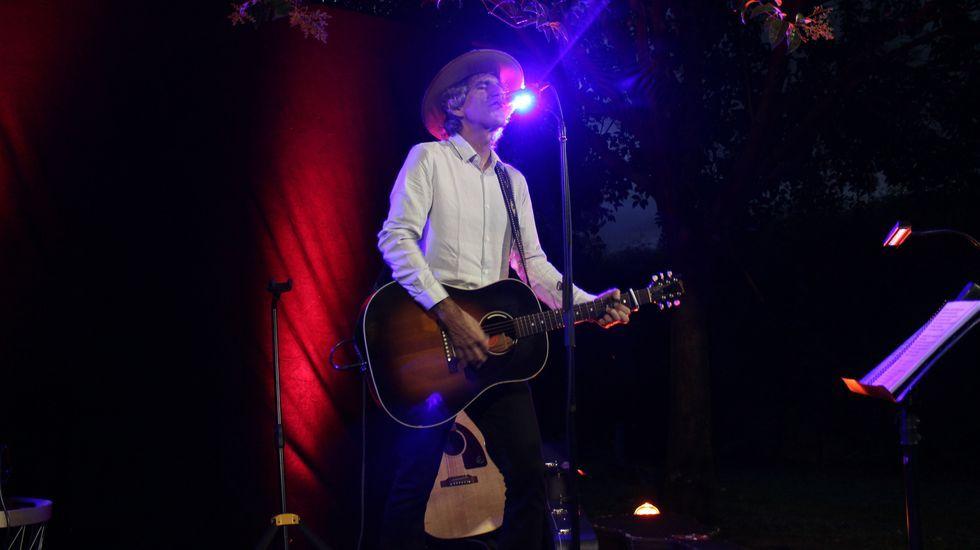 ¡Mira aquí las imágenes del concierto de Mikel Erentxun en Boiro!