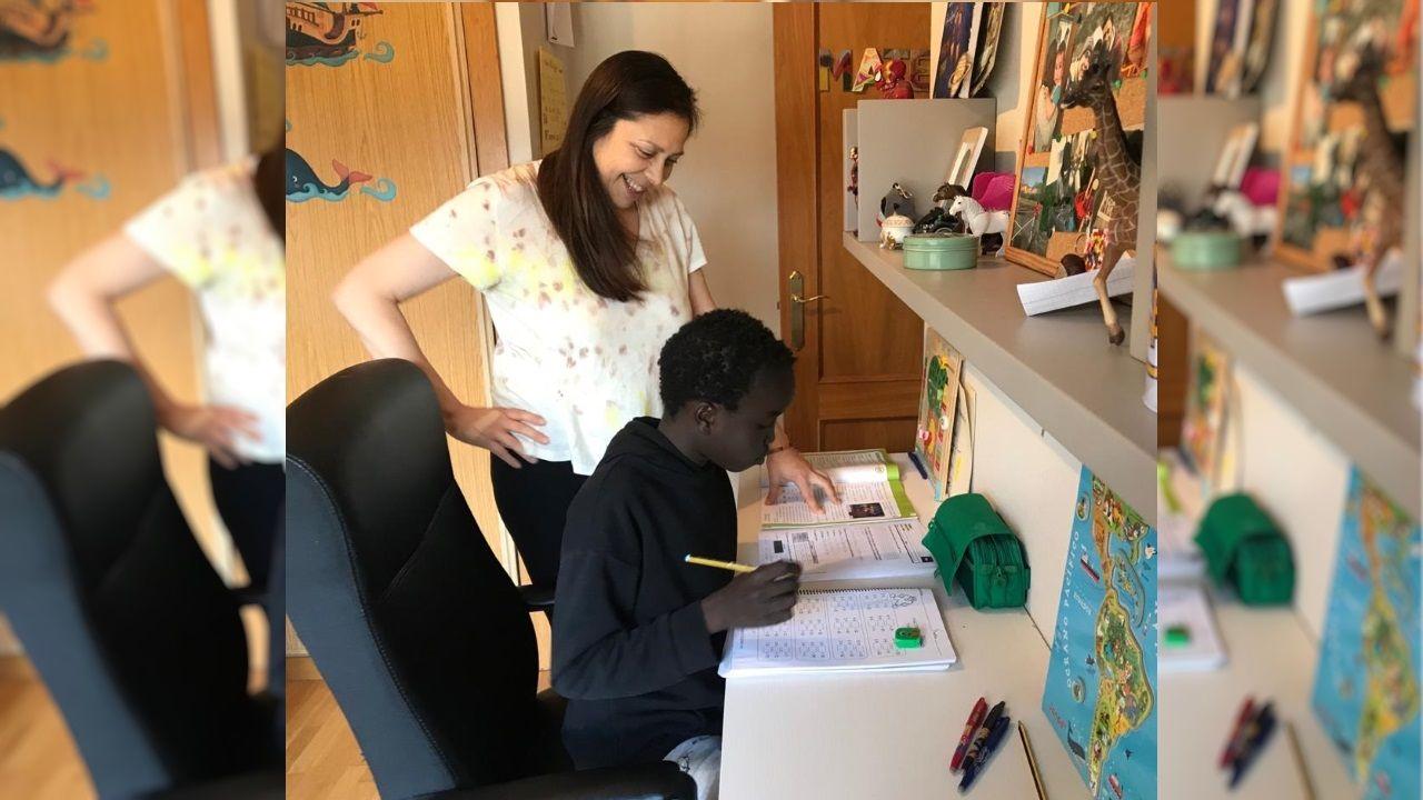 Mateo, de 11 años, y su madre Mai, organizan las tareas escolares que les han recomendado los profesores