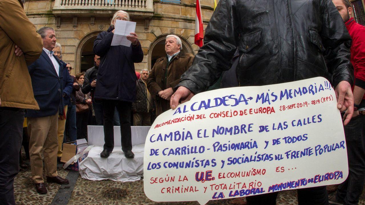 Decenas de personas se han concentrado este domingo en la Plaza Mayor de Gijón en favor de la declaración de la Universidad Laboral como Patrimonio Mundial de la Unesco