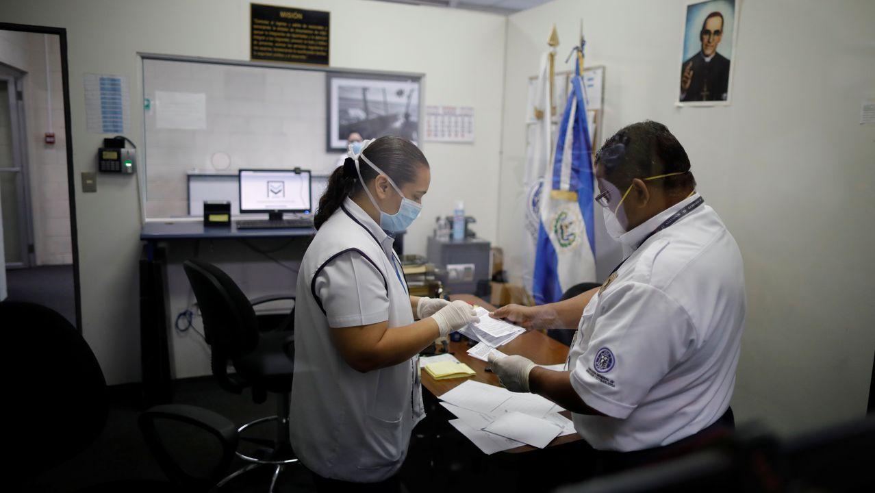 Los trabajadores del aeropuerto usando mascarilla en El Salvador