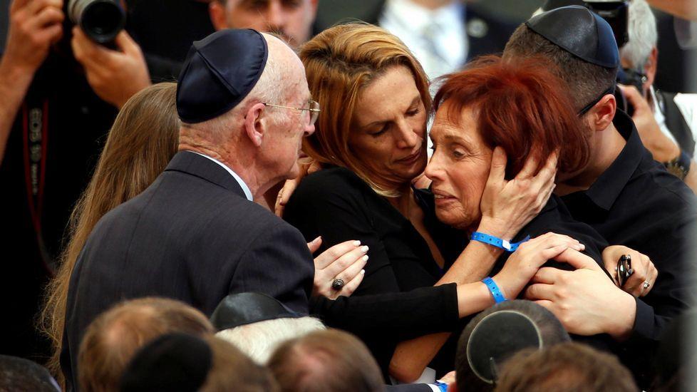 Tsvia, la hija de Simon Peres, es arropada por su familia