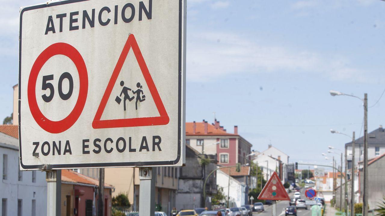 Señalización que indica una limitación de velocidad de 50 kilómetros por hora en el área escolar de Catabois