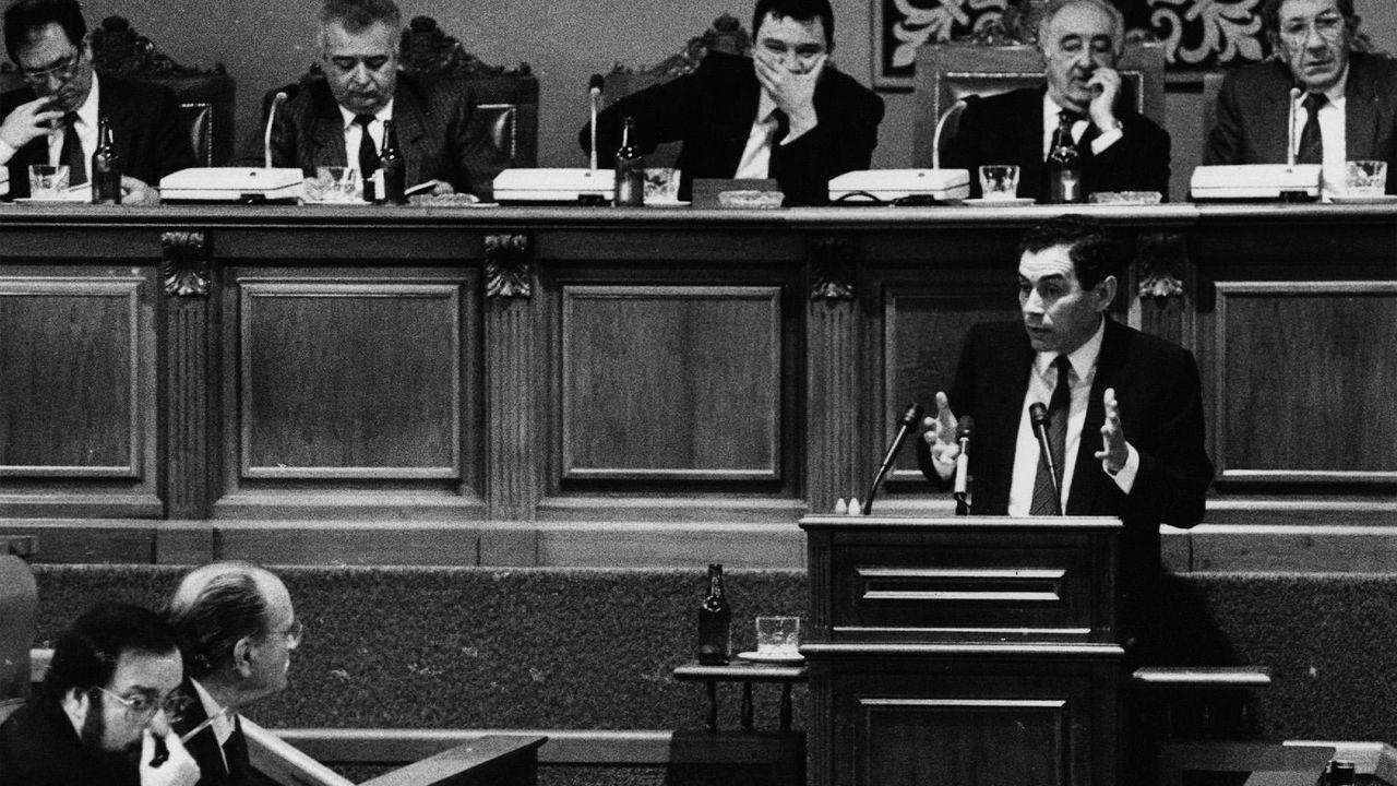 Camilo Nogueira, no antigo Parlamento de Galicia, no salón de Fonseca, interpelando a Albor a Barreiro Rivas