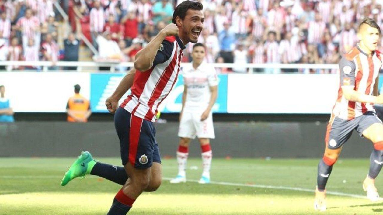 Oswaldo Alanís celebra un gol con Chivas