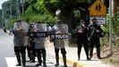 Un grupo de policias bloquea a la prensa durante la detención el pasado 2 de junio de la aspirante a la presidencia Cristiana Chamorro.