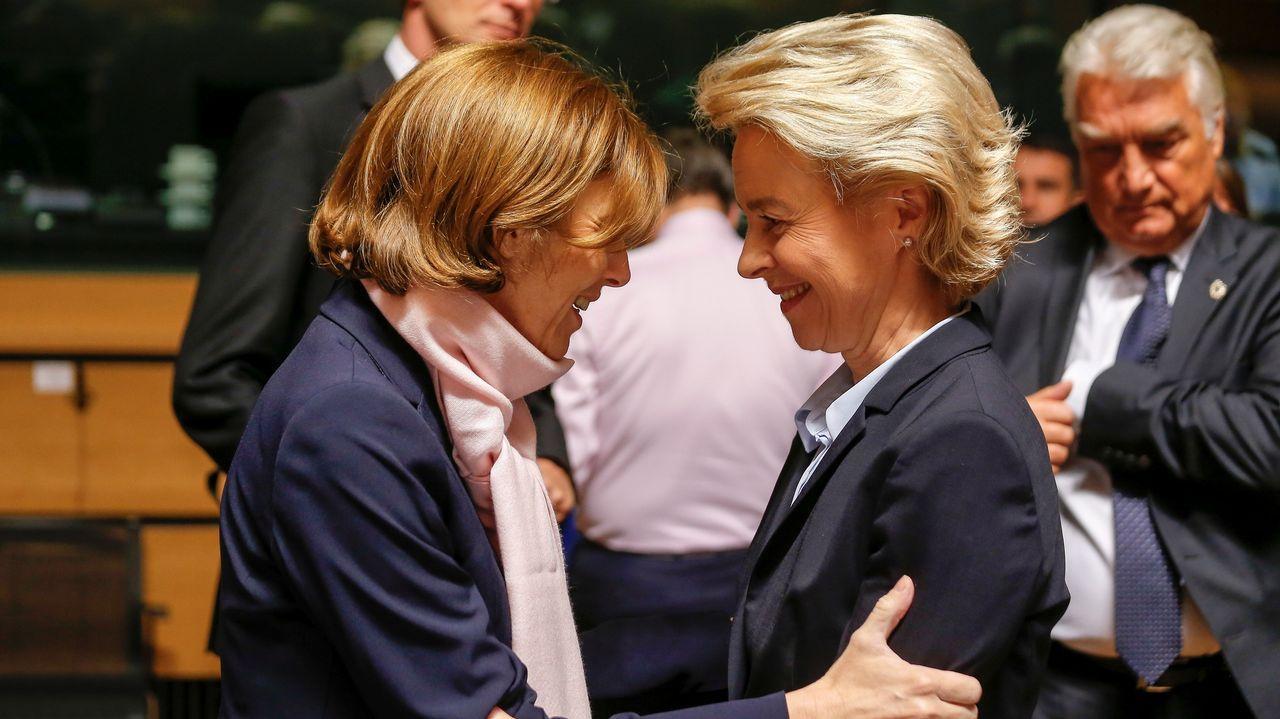 La ministra de Defensa alemana, Ursula von der Leyen (dcha), saluda a su homóloga gala, Florence Parly