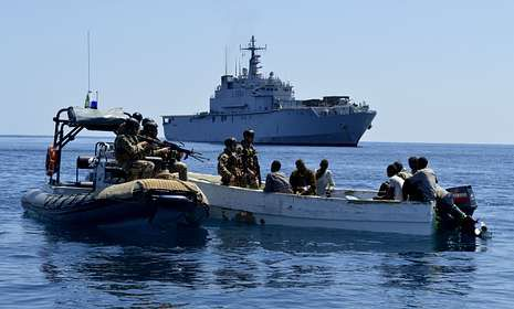 Militares italianos de la fragata «San Giusto» capturan un esquife pirata en noviembre del 2012.