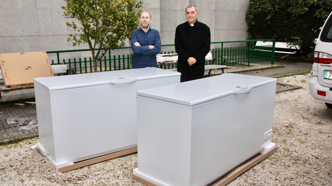 Jácome, con el delegado de Cáritas y con los congeladores donados