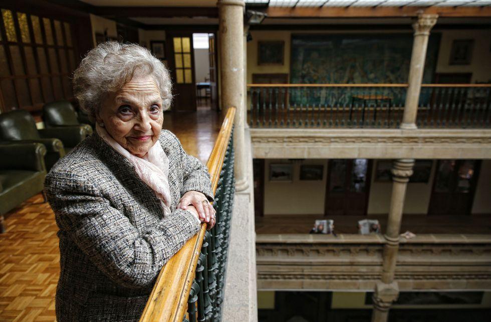 Pilar Gallego, en el Liceo, lugar en donde comparte su afición por la filatelia.