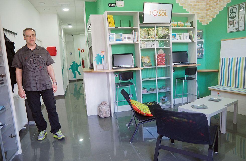 Uno de los promotores del proyecto, Xaquín Canabal, muestra una de las zonas del albergue.