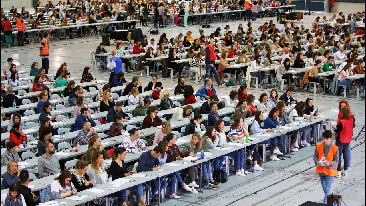 Aspirantes en una prueba teórica de oposiciones en el recinto ferial de Gijón