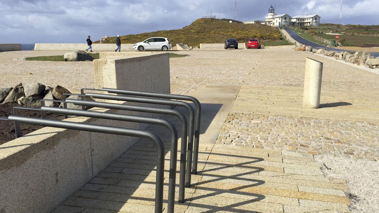 Vista del aparcamiento de Bares con el espacio para bicicletas en primer término y el acceso al faro al fondo