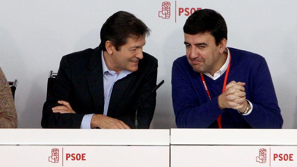 El PSOE elegirá a su nuevo líder en mayo y celebrará su congreso a mediados de junio.Pedro Sánchez escucha cómo Javier Fernández atiende a los medios de comunicación, durante una visita a Asturias