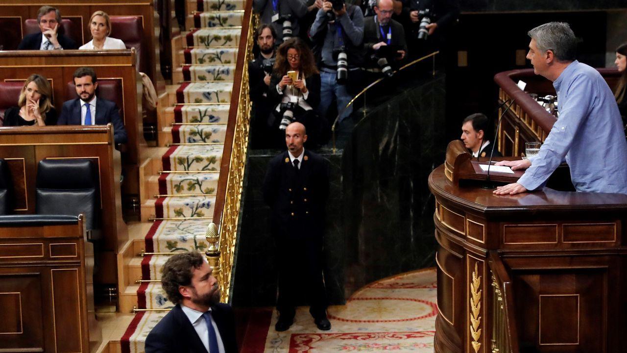El diputado de Vox, Iván Espinosa de los Monteros pasa ante el portavoz de EH Bildu, Óskar Matute